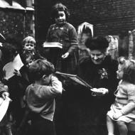 Maria+Montessori+w+Children2